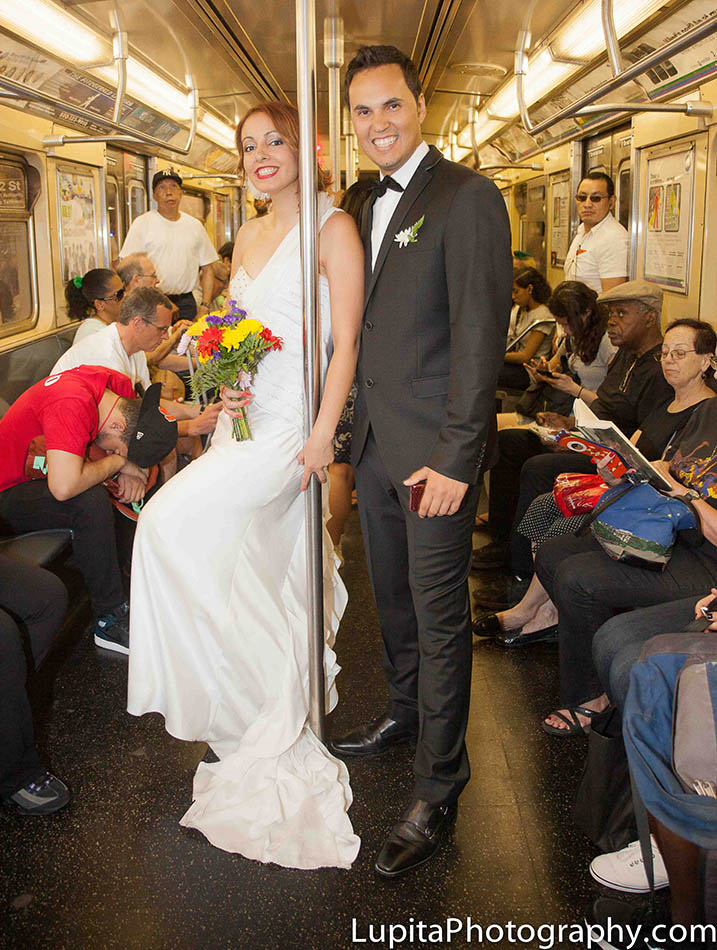 A couple from Spain on the train of New York City. Pareja de España en el metro de la Ciudad de Nueva York.
